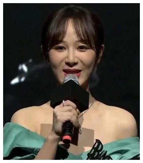 杨紫上台领奖,撩裙时注意到她脚上的鞋,这才是对奖杯的最大尊重
