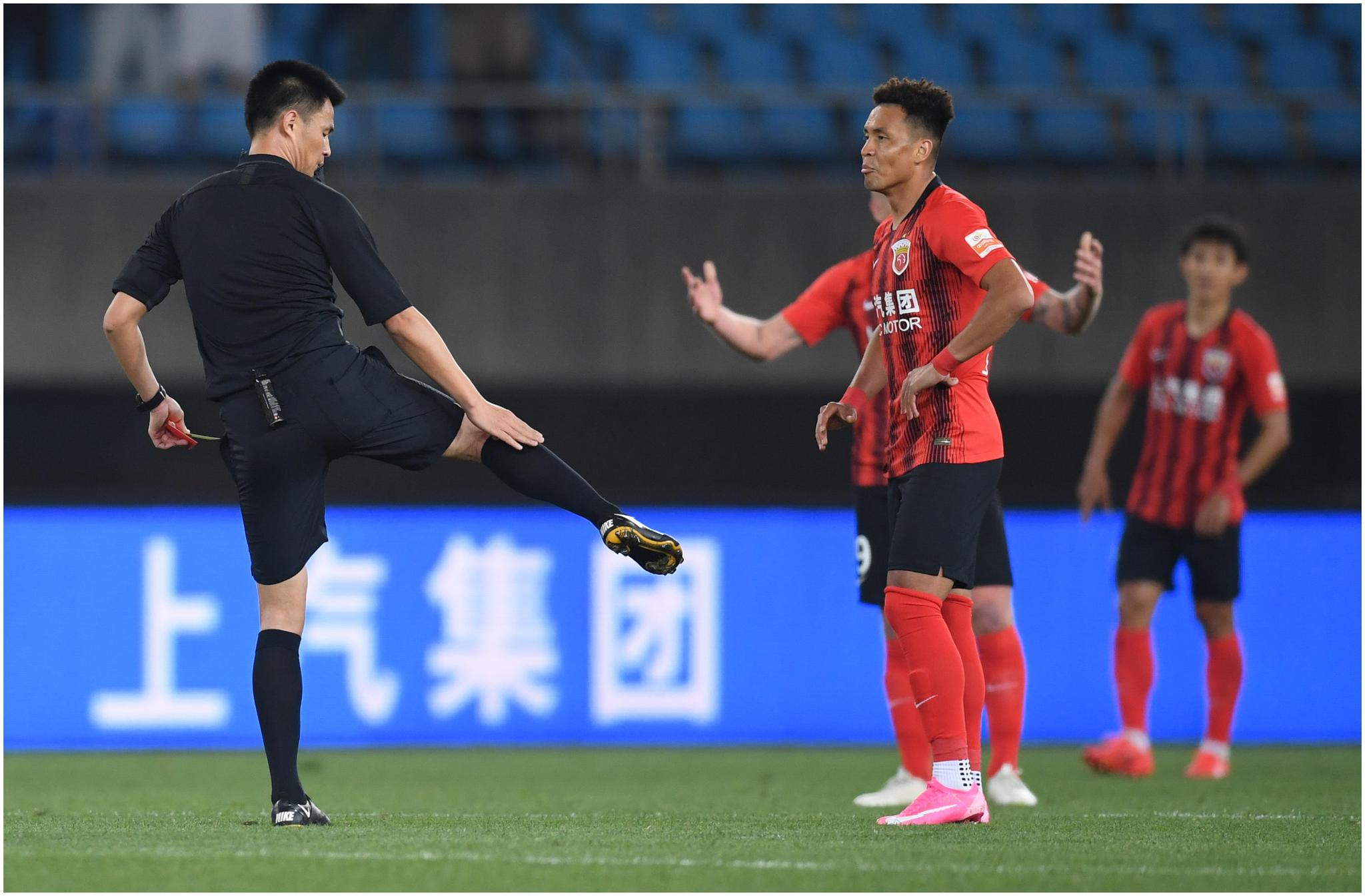 球迷呼吁,上港应重罚买提江,以响应陈戌源保护国脚的指示