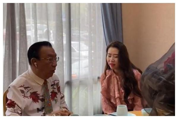 75岁侯耀华现身饭局,美女与玫瑰相伴,网友:人老心不老