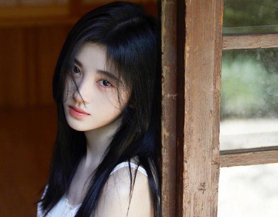 鞠婧祎初恋感写真照片分享 一袭清新白色连衣裙甜美可爱
