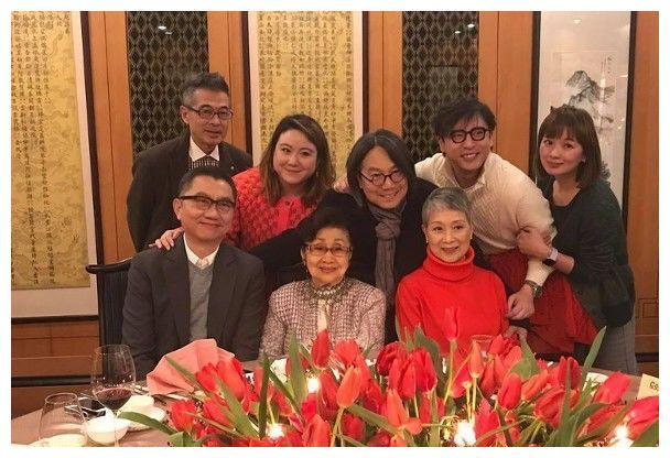 73岁香港粤语片巨星陈宝珠元旦开派对 摆10桌请粉丝吃饭庆祝生日