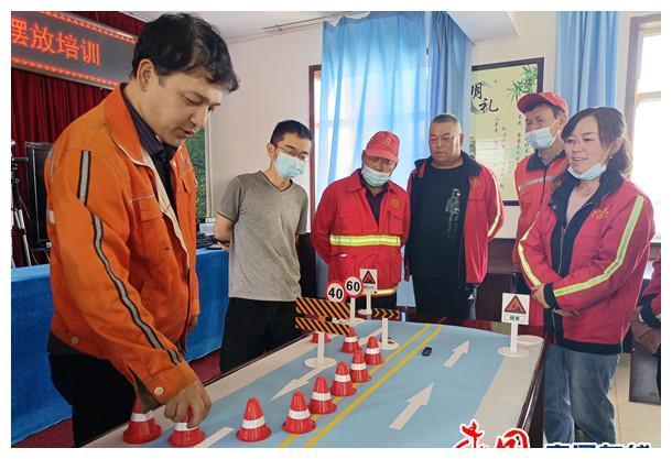 新疆昭苏公路管理分局开展公路养护安全作业规程模拟操作