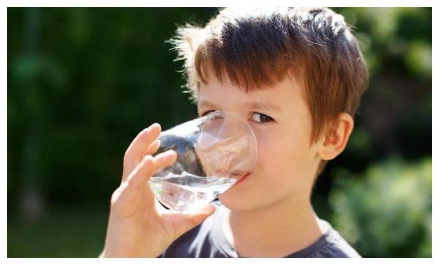小孩不爱喝白水,问题出在哪里?5个方法轻松解决喝水难题
