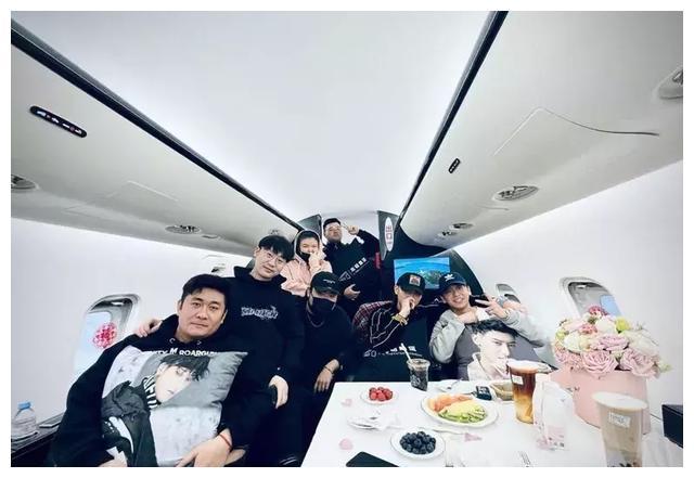 黄子韬邀请多位好友上私人飞机吃喝玩乐 引起热议