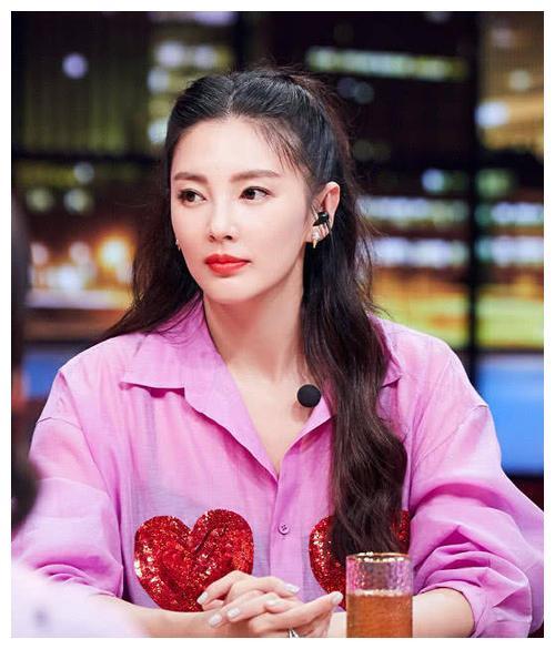 张雨绮李炳熹遛狗被偶遇,卫衣配花裙年轻范,差8岁恋爱也很甜!