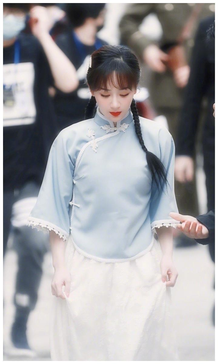 杨紫民国风造型少女感满满 走路微提裙摆优雅有气质