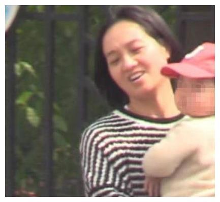 朱丹被拍到挺二胎孕肚,素颜带娃出街,网友:老公周一围去哪了?