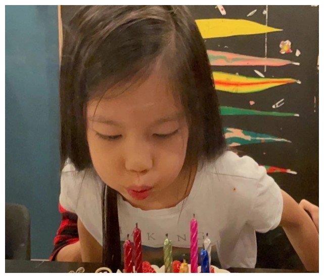 舒淇冯德伦为林熙蕾女儿庆生,寿星女表情很酷像足妈妈