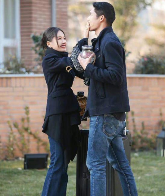 王子文吴永恩官宣恋情,两人甜蜜拥抱亲吻,王子文还改了情侣名字