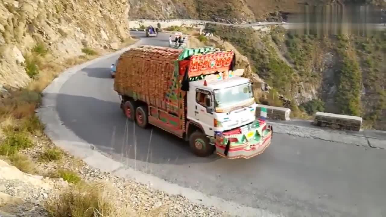 实拍:悬崖公路也敢超载,印度人这是在炫车技还是挑战生命!