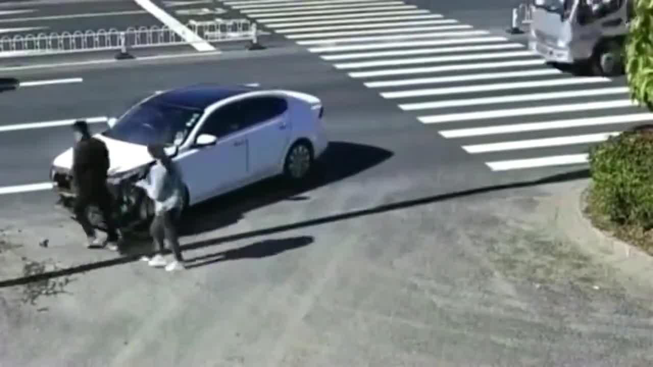 监控:小伙这教训够记一辈子了,不知道人行道不能掉头吗?