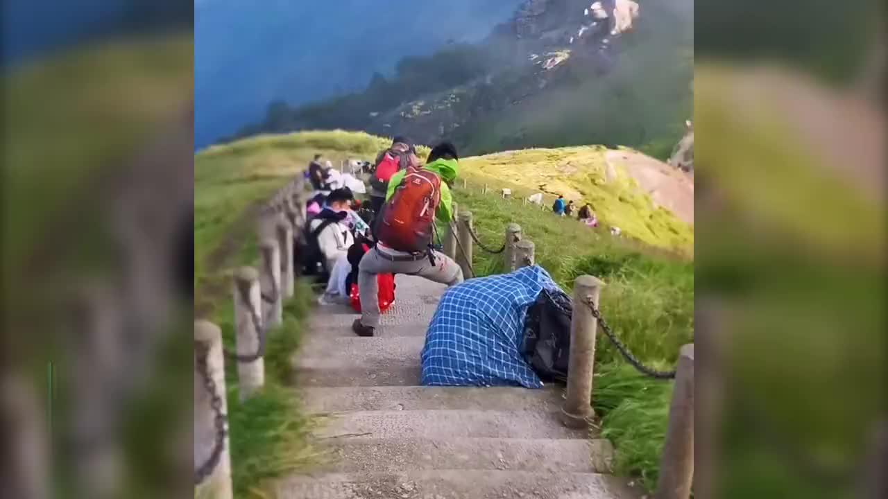 """游客在景区遭遇""""狂风""""险些被刮飞!网友:快去山下捡女朋友!"""
