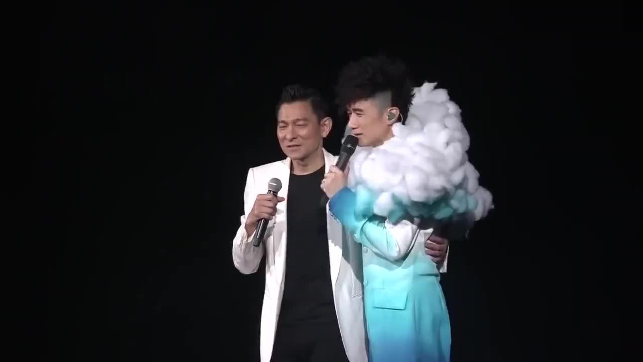 刘德华在古巨基演唱会献唱《一起走过的日子》天王魅力不减!