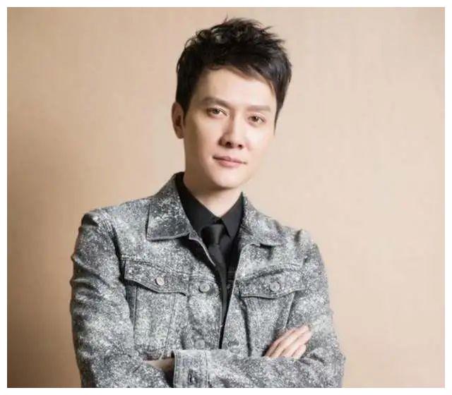 42岁冯绍峰久违露面,头发花白驼背发福,发生了什么?