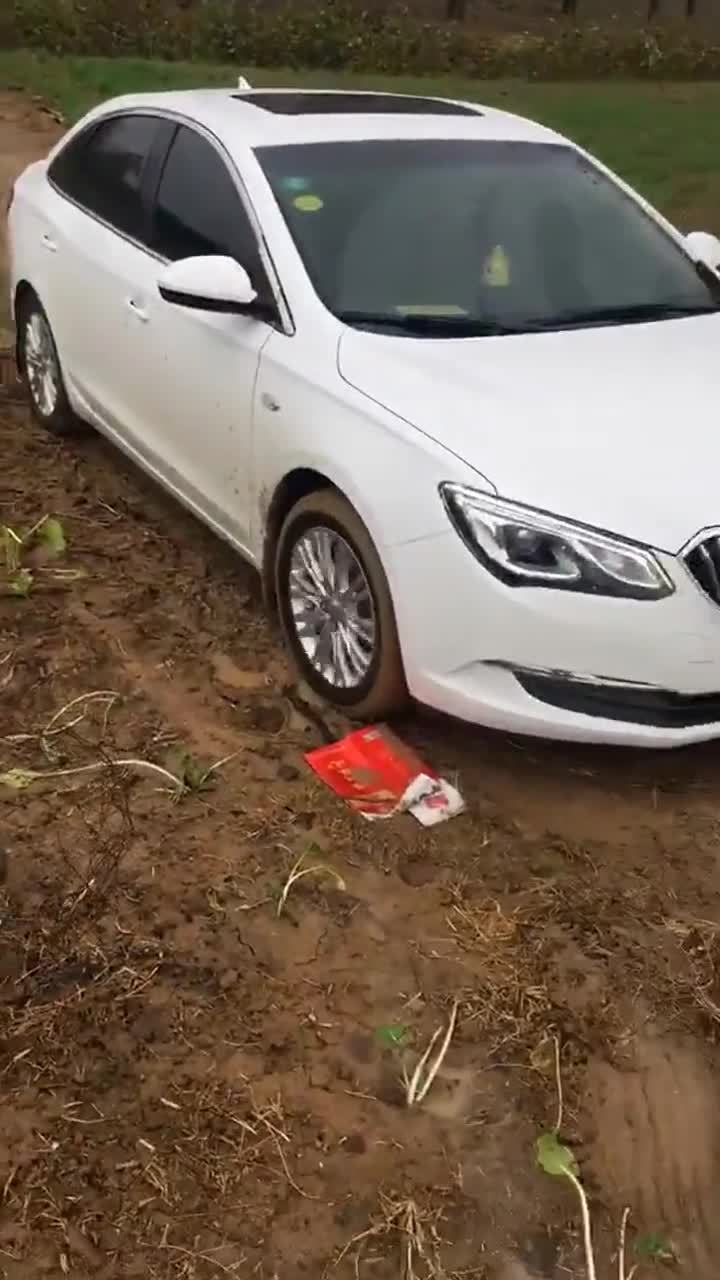 视频:别克英朗在农村老家,离水泥路就差一米