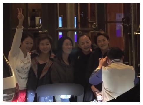 宋丹丹那英毛阿敏聚会,姐妹嗨聊贴脸拥抱,合影时搞怪像小姑娘