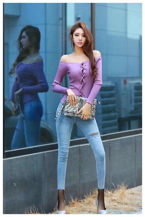 穿紧身牛仔裤的小美女,搭配一双高跟鞋,实在是太美了!