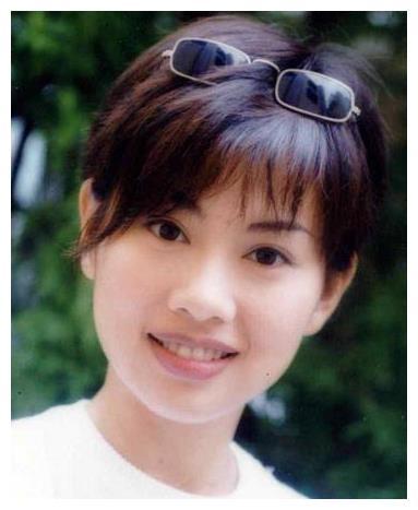 45岁陈松伶近照,曾被闺蜜骗光财产,嫁小8岁老公,如今家庭幸福