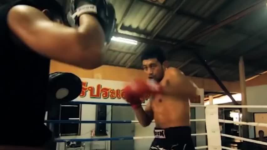 被激怒的中国泰拳手一腿踢翻裁判,致眉骨断裂,赛后当场下跪道歉