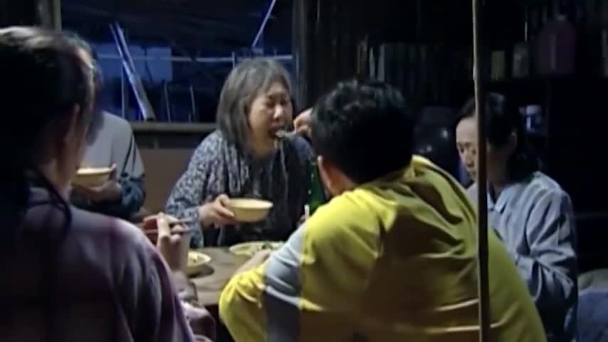 保姆带雇主回自己家吃饭,5个人就吃两碟菜,这样能吃饱吗!