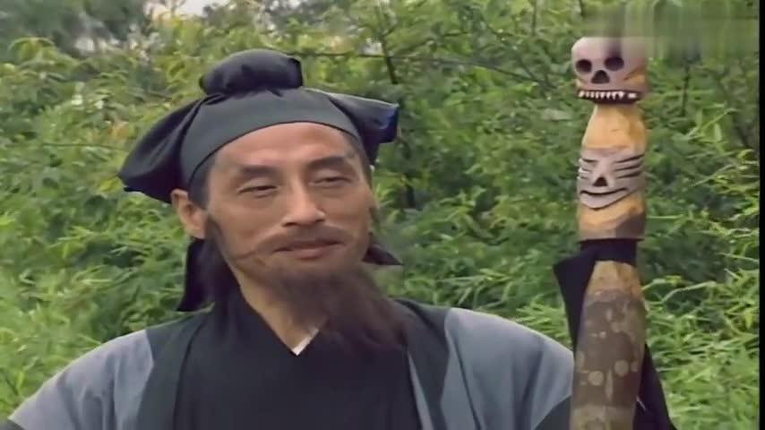 济公被老道士用千年古镜打败,假装昏死后,还被人丢进了河里!