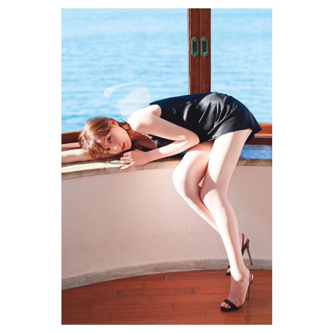 特林德尔·玲奈展露了美腿的性感照成为话题