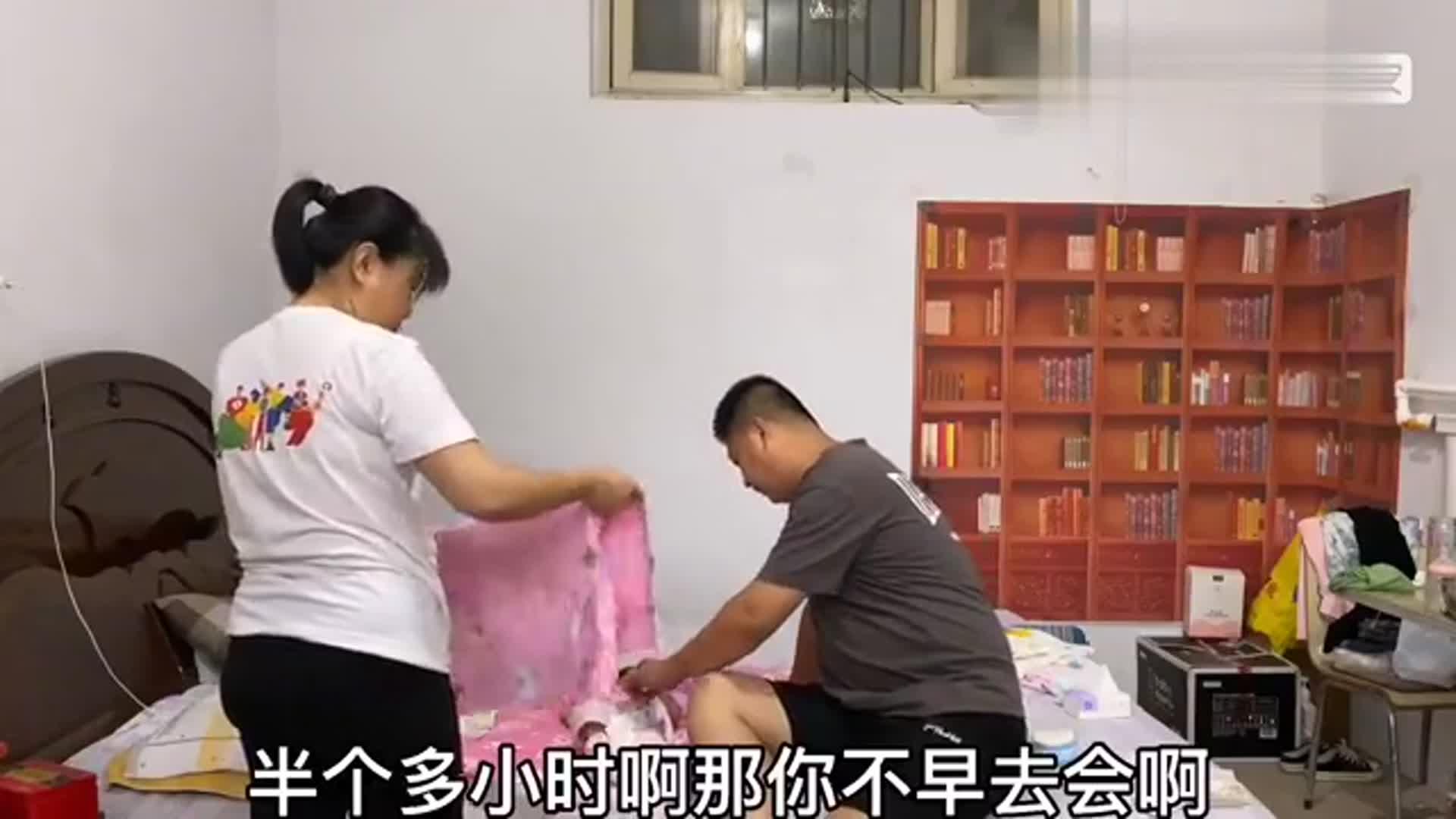 儿子旅游回来海涛开车去接站,见面先请俩孩子吃饭,徐霞也想跟着