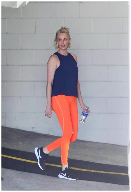 45岁塞皇外出健身,橘色瑜伽裤吸睛抢镜,大长腿又细又直