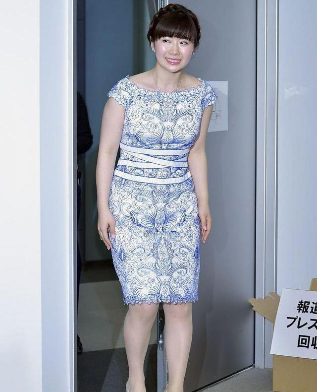 福原爱的身材果然很一般,穿直筒裙浑身肉嘟嘟的,不过还挺可爱的