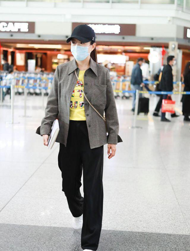 杨童舒终于换风格,灰衬衫朴素低调,巧配印花T增趣味,太洋气了