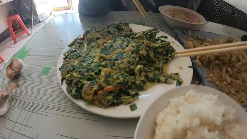 北方菜便宜份量大,这一顿米饭干光了,老板只能拿稀饭来凑凑