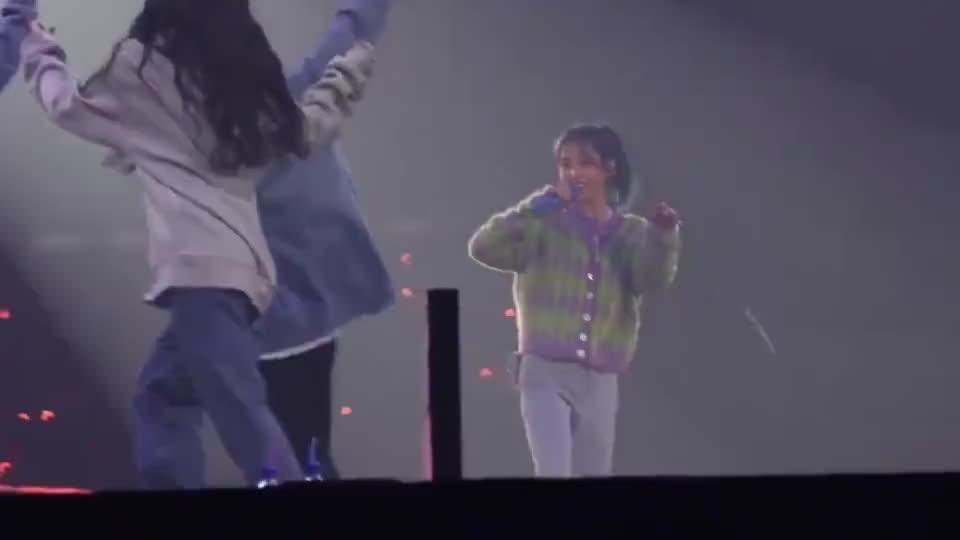 李知恩:老娘唱的还不够好吗?为啥伴舞一出场你们就那么兴奋?