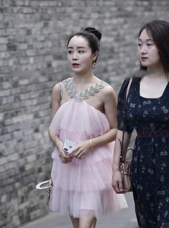 粉色网纱蛋糕裙搭配白色高跟鞋,性感可爱,甜美华丽的少女装