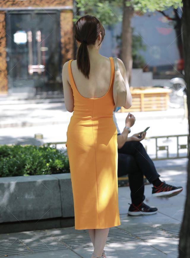 亮黄色露背修身长裙,明媚阳光,性感端庄的淑女风穿搭