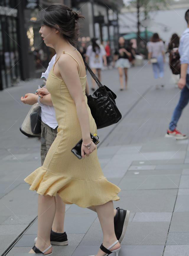鹅黄色修身鱼尾裙搭配尖头高跟鞋,性感优雅,梦幻唯美