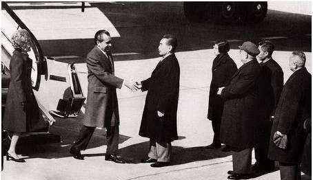 周总理用茅台酒款待尼克松,把酒带回国后,尼克松差点烧掉白宫