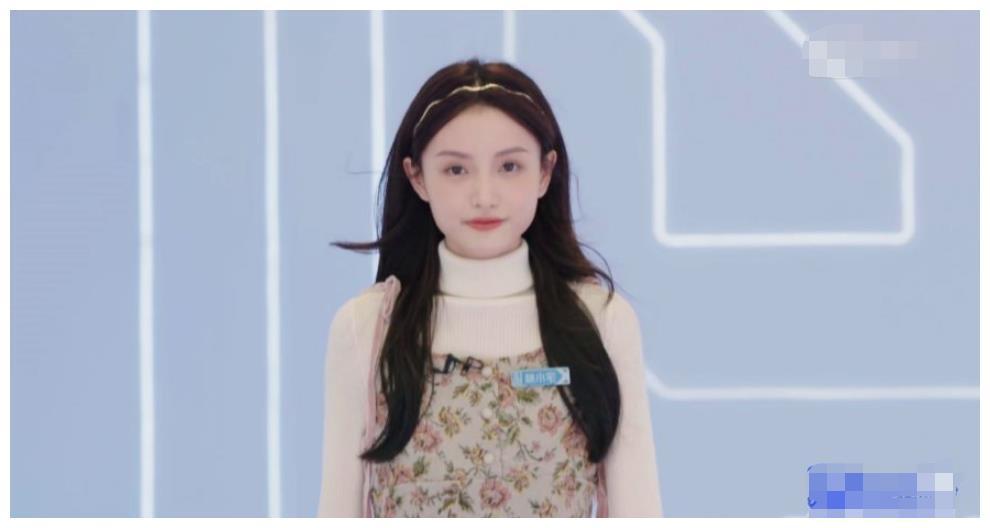 《青你2》嘉宾出场,秦牛正威幽默介绍获好评,蔡卓宜笑容甜美