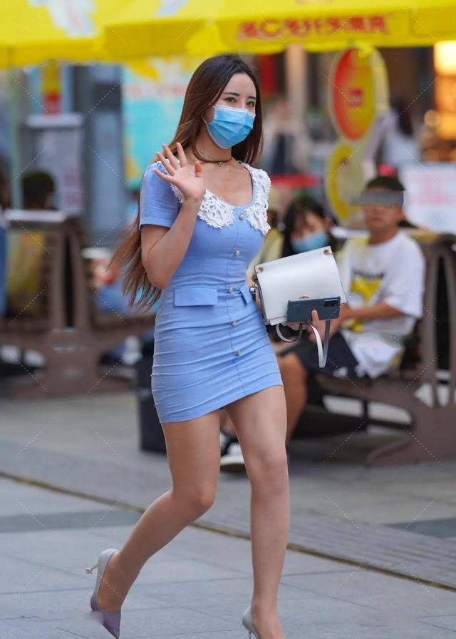 天蓝色连衣短裙,搭配渐变紫的高跟鞋,时髦有型还不失甜美气质