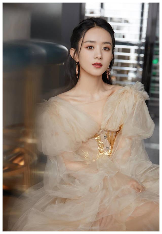 赵丽颖身穿白色公主裙,面容甜美如天使,和杨幂风格越来越像
