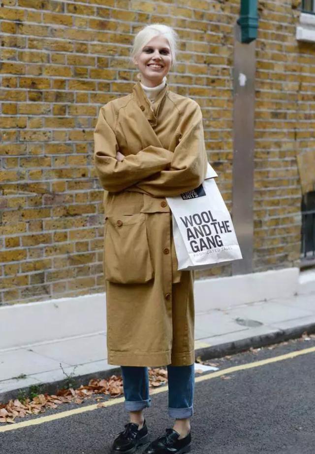 """别盯着小白鞋不放!时髦女人都在穿""""一脚蹬"""",搭风衣大衣都好看"""