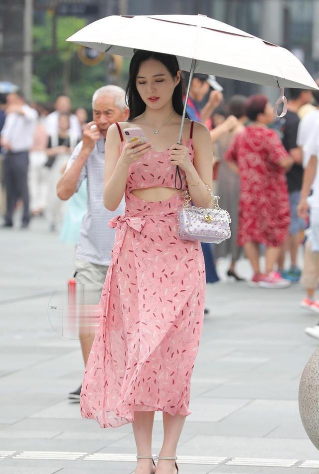 时尚街拍:小姐姐搭配一双高跟鞋,尖头的款式非常的时尚欧美风