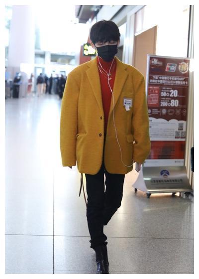 朱星杰黄色毛呢西装搭红色打底衫及黑色牛仔裤和方头靴 时尚吸睛