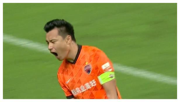 郜林踢疯了!26分钟独造2球,挥拳怒吼庆祝,打爆恒大死敌