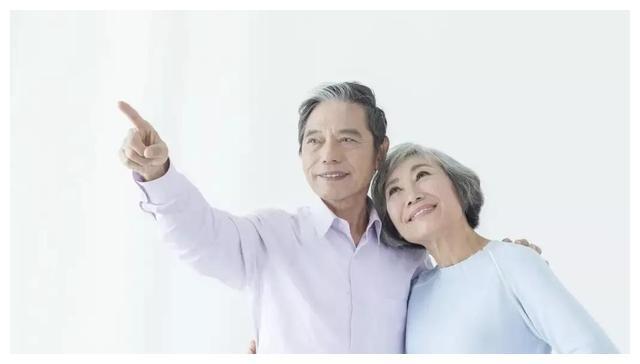 75岁大妈的智慧养老:不雇保姆不去养老院,三个儿媳挣着为她养老