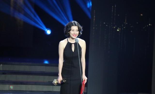 刘琳终于换发型!复古卷发配黑色连衣裙摩登精致,尽显东方韵味美