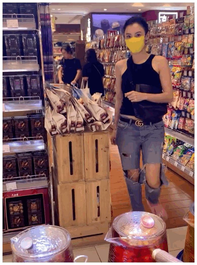 张柏芝独自逛超市被偶遇,热情向路人挥手打招呼,并行鞠躬合十礼