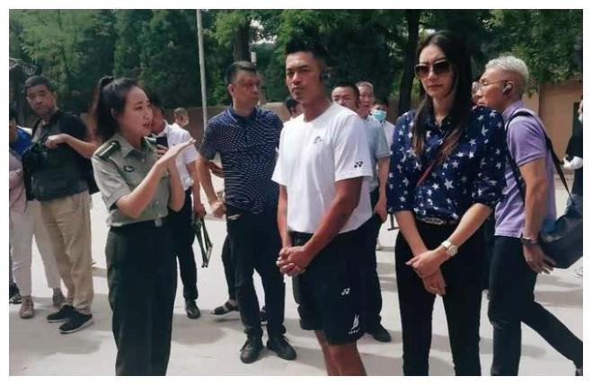 网友偶遇林丹夫妇,两人参加活动气氛严肃,形同路人引热议