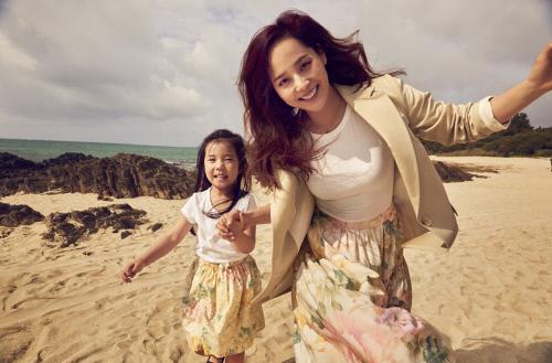 原人气偶像金柳真公开与女儿合照 不加修饰的自然美成为话题