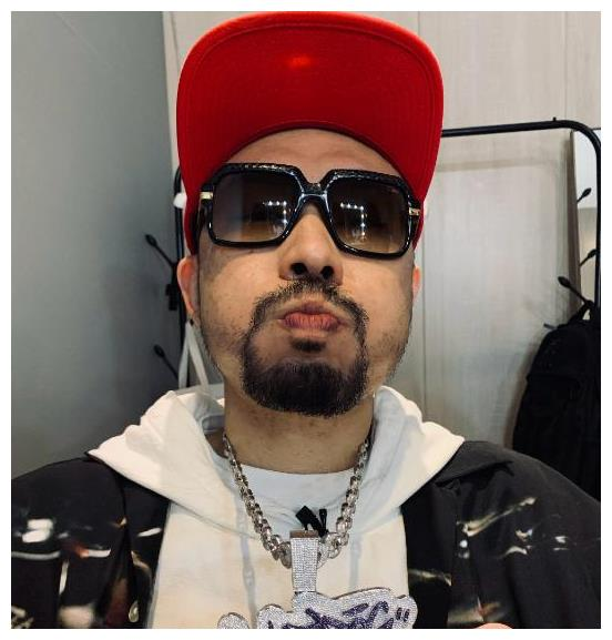 嘻哈歌手热狗晒未戴墨镜的自拍照,网友看后调侃:你还是戴上吧