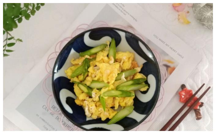 芦笋加上2个鸡蛋,没想到一起炒着吃味道这么好,老少皆宜